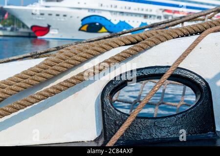 Festmacherklüse eines Segelschiffes, im Hintergrund AIDA cara am Ostseekai in Kiel - Stock Photo