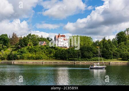 Der Nord-Ostsee-Kanal kurz vor erreichen der Schleuse Kiel-Holtenau