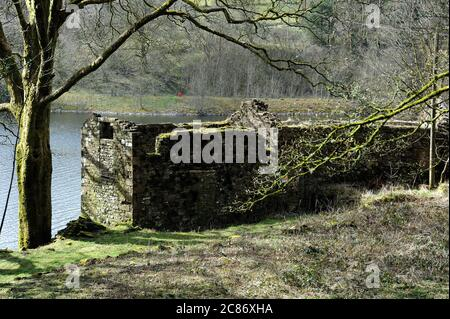 Ruined farm building on the shore of Taf Fechan Reservoir at Dolygaer. - Stock Photo