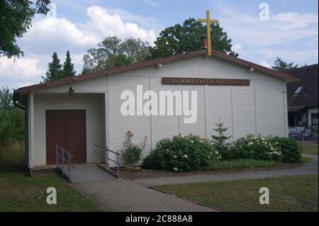 Die katholische St. Franziskus von Assisi-Kirche, vormals St.-Johannes-B.-M.-Vianney-Kapelle, in der Hackbuschstraße 14 in Berlin-Spandau, Ortsteil St