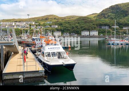 MALLAIG HARBOUR LOCHABER WEST COAST SCOTLAND WITH BOATS INCLUDING A LIFEBOAT AND PASSENGERS FOR THE LARVEN KNOYDART FERRY AND WESTERN ISLES - Stock Photo