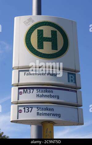 Eine Bushaltestelle der BVG: BVG-Haltestelle Falkenseer Platz in Berlin-Spandau