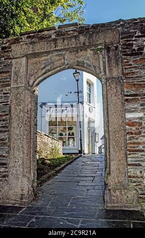Grade II listed archway in Buckwell Street, Bretonside leading to Looe Street. Plaque on corner building mentions Sir Grancis Drake. - Stock Photo