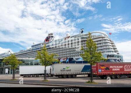 Das erste Kreuzfahrtschiff des Jahres, die Mein Schiff 1,  ist am Ostseekai ohne Passagiere in Kiel eingetroffen. Sie wird hier proviantiert