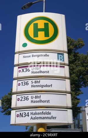 Eine Bushaltestelle der BVG: Haltestelle Neue Bergstraße in Berlin-Spandau