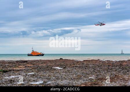 RNLI and Coastguard coordinate recovery of multiple bodies from beachy head. - Stock Photo