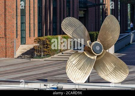 Hamburg, Germany 10 03 2018, Die 6 x 6 Meter große Schiffsschraube vor dem Maritimen Museum Hamburg. Ehemals wurde sie Als Ersatzteil für den Tanker M - Stock Photo