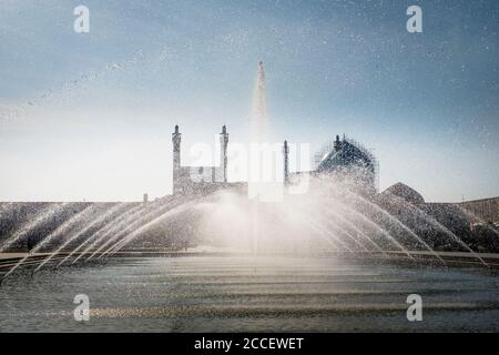 Iran Isfahan, fountain at Königsplatz in front of the royal mosque - Stock Photo