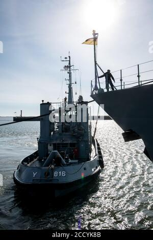 Wilhelmshaven, Germany. 25th Aug, 2020. Crew members prepare the frigate 'Brandenburg' for departure. The frigate replaces the Einsatzgruppenversorger 'Berlin'. In cooperation with the Turkish and Greek coast guard and the European agency for coast guard and border protection (Frontex), it monitors the sea area. Credit: Sina Schuldt/dpa/Alamy Live News - Stock Photo