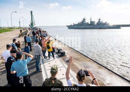 Wilhelmshaven, Germany. 25th Aug, 2020. Members of the crew wave at the exit of the frigate 'Brandenburg'. The frigate replaces the Einsatzgruppenversorger 'Berlin'. In cooperation with the Turkish and Greek coast guard and the European Agency for Coast Guard and Border Protection (Frontex), it monitors the sea area. Credit: Sina Schuldt/dpa/Alamy Live News - Stock Photo