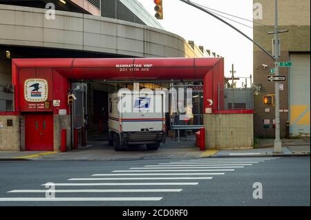 A USPS vehicle is seen entering a Postal Service garage in Chelsea in New York on Thursday, August 20, 2020. Postmaster General Louis DeJoy is appearing before a Senate committee on Friday and at Congress on Monday concerning allegations that he is intentionally trying to slow mail ahead of the 2020 election to interfere with mail-in balloting. (© Richard B. Levine) - Stock Photo