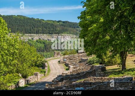 Bulgaria, Veliko Tarnovo, Ramparts of the Royal City, symbol of the glory of the Second Bulgarian Empire and the independence lost during the Ottoman invasions in Europe. Impregnable fortress, Tsarevets fell from the hands of a traitor. Stock Photo