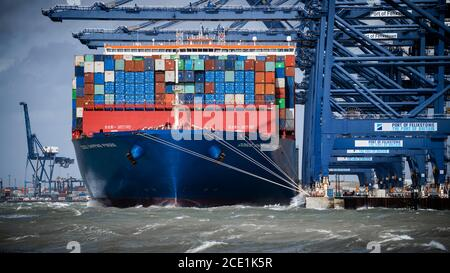Stormy Weather for UK Trade - Stormy Seas for Trade - High Winds and Waves prevent imports being unloaded from the Cosco Shipping Pisces at Felixstowe. - Stock Photo