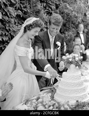 The wedding of Senator John F Kennedy to Jacqueline Bouvier in Newport, RI on September 12, 1953. The couple cutting the cake at their wedding reception. Toni Frissell - Stock Photo