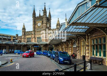 Bristol Temple Meads Station - Taxis outside Bristol Temple Meads Railway Station.  Opened 1840, design engineer Isambard Kingdom Brunel. Grade I. - Stock Photo