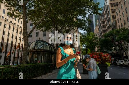 Shoppers in Midtown Manhattan in New York during the COVID-19 pandemic on Sunday, September 6, 2020.  (© Richard B. Levine) Stock Photo