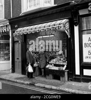 AJAXNETPHOTO. 1975. SOUTHSEA, ENGLAND. - TIME FOR A CHAT - CASTLE ROAD FRESH VEGETABLE SHOP PROPRIETOR AND CUSTOMER. PHOTO:JONATHAN EASTLAND/AJAX REF:750081_087 - Stock Photo