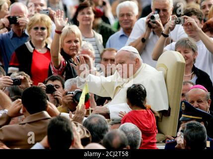 Pope John Paul II waves as he arrives for his weekly Wednesday general audience in Saint Peter's Square at the Vatican November 3, 2004. REUTERS/Tony Gentile  TG/JV - Stock Photo