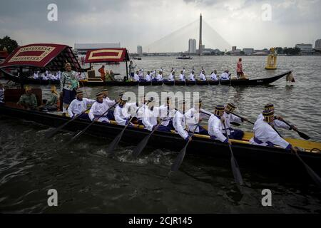 Thai oarsmen take part in a rehearsal of Thailand's King Maha Vajiralongkorn royal barge procession which will take place in December in Bangkok, Thailand, October 21, 2019. REUTERS/Athit Perawongmetha