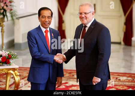 Indonesian president Joko Widodo shakes hands with Australian Prime Minister Scott Morrison at the Presidential Palace in Jakarta, Indonesia, October 20, 2019. REUTERS/Willy Kurniawan
