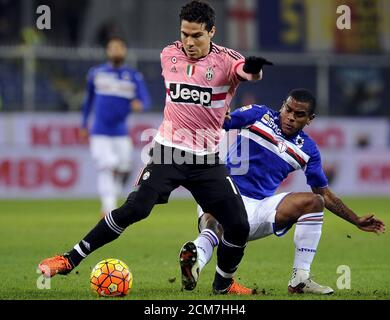 Football Soccer - Sampdoria v Juventus - Italian Serie A - Marassi stadium, Genoa, Italy - 10/1/16. Sampdoria's Fernando (R) in action against Hernanes of Juventus.      REUTERS/Giorgio Perottino - Stock Photo