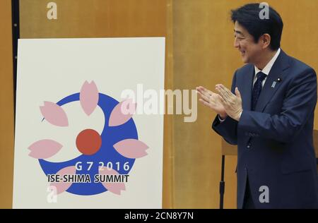 Japanese Prime Minister Shinzo Abe claps during the presentation of Shiho Utsumiya's (not pictured) design for the logo of the Ise-Shima G7 summit at the prime minister's official residence in Tokyo, Japan, December 28, 2015. REUTERS/Koji Sasahara/Pool - Stock Photo