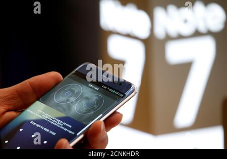 A customer tries out a Samsung Electronics' Galaxy Note 7 at the company's headquarters in Seoul, South Korea, October 10, 2016.   REUTERS/Kim Hong-Ji