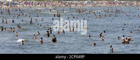 A panoramic view shows the crowded beach in the German Baltic Sea resort of Binz on the island of Ruegen July 12, 2005. Hot weather conditions reached a peak of 32 degrees Celsius (89,6 Fahrenheit) in north-east Germany on Tuesday. REUTERS/Arnd Wiegmann  AKW/CVI - Stock Photo