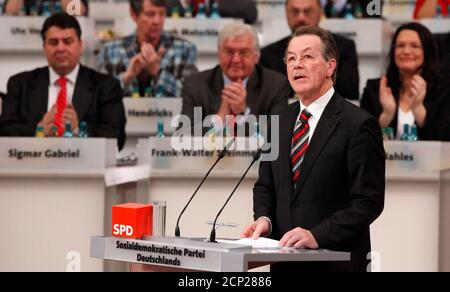 Outgoing leader Franz Muentefering of Germany's Social Democratic Party (SPD) gives his speech during party congress in Dresden, November 13, 2009. The party congress will be held in the city from November 13 to 15, 2009.          REUTERS/Fabrizio Bensch (GERMANY - Tags: POLITICS) Stock Photo