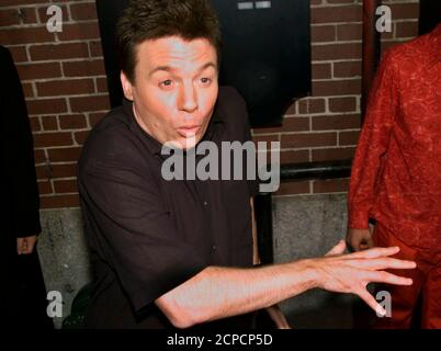 Actor MIke Myers clowns for the cameras as he arrives at a star-studded party at the Man Ray restaurant in New York City July 10, 2002. Man Ray, a chic downtown restaurant and bar which is partly owned by actor and director Sean Penn, was celebrating it's one-year anniversary with a gala party. REUTERS/Mike Segar  MS/SV