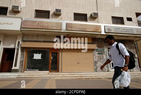 A man walks past a closed shop in Riyadh, Saudi Arabia March 15, 2017. REUTERS/Faisal Al Nasser - Stock Photo