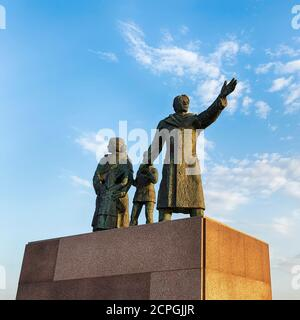 Emigrants' Monument, Sculpture of an emigrant family made of bronze, Man faces forward, Woman looks back, Sculptor Frank Varga, Seebäderkaje, Neuer Ha - Stock Photo