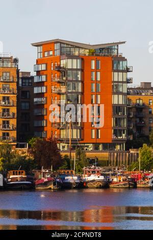 England, London, Southwark, Bermondsey, Riverfront Apartments and House Boats - Stock Photo
