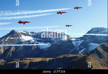 Members of the Patrouille Suisse perform the so-called 'Tunnel' formation in their Swiss Air Force Northrop F-5E Tiger II fighter jets during a flight demonstration of the Swiss Air Force over the Axalp in the Bernese Oberland, Switzerland October 10, 2018. REUTERS/Arnd Wiegmann - Stock Photo