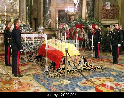 Spanish Royal soldiers stand flanking Spanish King Juan Carlos' mother, Maria de las Mercedes, in a coffin with the Spanish flag over it in Madrid's Royal Palace January 3. Maria de las Mercedes died January 2 in the Canary Island of Lanzarote accompained by all her family during the Spanish Royal family's Christmas holidays, and will be buried in El Escorial, near Madrid on January 4.  SP/CLH/ - Stock Photo