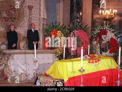 Spanish King Juan Carlos and Queen Sofia pay their respects to the King's mother, Maria de las Mercedes, in a coffin with the Spanish flag over it in Madrid's Royal Palace January 3. Maria de las Mercedes died January 2 in the Canary Island of Lanzarote accompained by all her family during the Spanish Royal family's Christmas holidays, and will be buried in El Escorial, near Madrid on January 4.  DB/CLH/ - Stock Photo