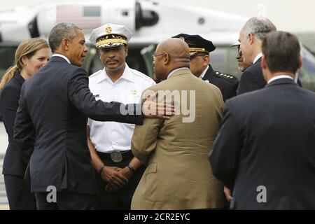 U.S. President Barack Obama (2nd L) talks with Philadelphia Mayor Michael Nutter (brown suit, center R) about the city's response after the derailment of an Amtrak train last week, as Obama arrives aboard Air Force One at Philadelphia International Airport in Philadelphia, Pennsylvania May 18, 2015. Obama landed in Philadelphia on Monday on his way to an unrelated event in Camden, New Jersey.  REUTERS/Jonathan Ernst - Stock Photo