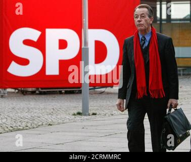 Outgoing leader Franz Muentefering of Germany's Social Democratic Party (SPD) arrives to a party leaders meeting in Dresden, November 12, 2009. The party congress will be held in the city from November 13 to 15, 2009.          REUTERS/Fabrizio Bensch (GERMANY - Tags: POLITICS) Stock Photo