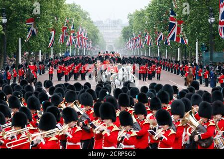 Guardsmen parade down the Mall towards Buckingham Palace after attending the Trooping the Colour ceremony at Horse Guards Parade in central London, Britain June 13, 2015. Trooping the Colour is a ceremony to honour the Queen's official birthday.  REUTERS/Stefan Wermuth - Stock Photo