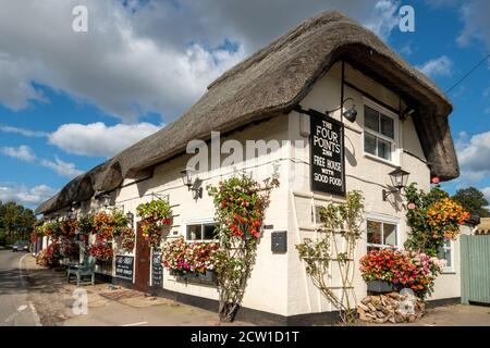 The Four Points Inn, a village pub and restaurant in Aldworth, Berkshire, UK. Exterior of the public house decorated with flowers and hanging baskets - Stock Photo