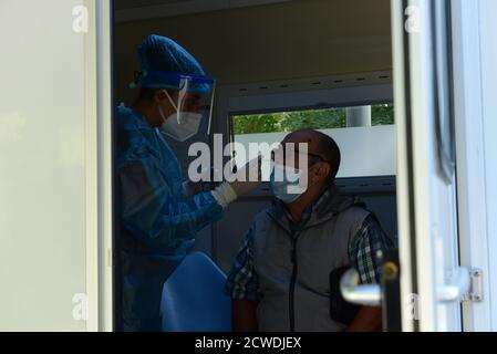Athens, Greece. 29th Sep, 2020. National Organization of Public Health has carried out tests for coronavirus at Koumoundourou square in Athens. (Photo by Dimitrios Karvountzis/Pacific Press) Credit: Pacific Press Media Production Corp./Alamy Live News - Stock Photo