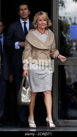 Esperanza Aguirre, former president of Madrid's regional government and member of the executive board of the ruling People's Party (Partido Popular), leaves a court in Madrid September 22, 2014. Aguirre appeared before a judge on the charge of criminal contempt against local police officers after being involved in a traffic incident in central Madrid on April 2014. REUTERS/Sergio Perez (SPAIN - Tags: POLITICS CRIME LAW)