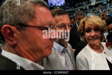 Madrid's mayor Alberto Ruiz Gallardon (L), Spain's main opposition Popular Party leader Mariano Rajoy and Madrid's regional president Esperanza Aguirre (R) attend an electoral meeting in Madrid May 20, 2011. REUTERS/Juan Medina (SPAIN - Tags: POLITICS ELECTIONS)