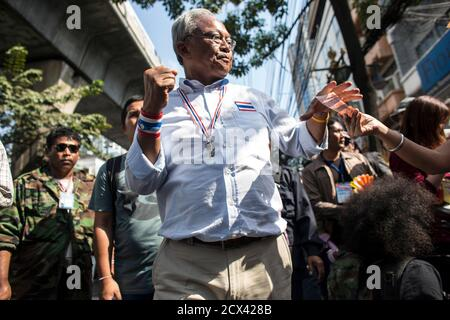 Protest leader Suthep Thaugsuban gestures as he collects money from a supporter during a rally in central Bangkok, January 30, 2014. Thailand's army will increase the number of troops in the capital ahead of Sunday's election, which anti-government protesters say they will disrupt as part of their campaign to overthrow Prime Minister Yingluck Shinawatra  REUTERS/Nir Elias (THAILAND - Tags: CIVIL UNREST POLITICS) - Stock Photo
