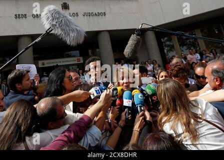 Esperanza Aguirre, former president of Madrid's regional government and member of the executive board of the ruling People's Party (Partido Popular), is surrounded by reporters as she leaves a court in Madrid September 22, 2014. Aguirre appeared before a judge on the charge of criminal contempt against local police officers after being involved in a traffic incident in central Madrid on April 2014. REUTERS/Sergio Perez (SPAIN - Tags: POLITICS CRIME LAW)