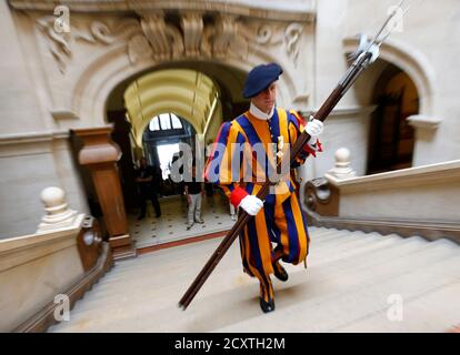 A former Swiss Guard arrives with a halberd at the Palais de Rumine for their bi-annual General Assembly in Lausanne August 31, 2013. The Association of Former Swiss Guards was founded in 1921 and currently has around 1000 members that meet up once every two years for a meeting at a Swiss city. The Swiss Guard, which was founded in 1506, consists of 100 volunteers who must be Swiss nationals, Catholic, single, at least 174 cm (5.7 ft) tall and beardless. New recruits are sworn in every year on May 6, commemorating the date on which 147 Swiss soldiers died defending the Pope during an attack on - Stock Photo