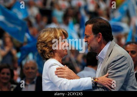 Spain's main opposition Popular Party leader Mariano Rajoy (R) embraces Madrid's regional president Esperanza Aguirre during a electoral meeting in Madrid May 20, 2011. REUTERS/Juan Medina (SPAIN - Tags: POLITICS ELECTIONS)
