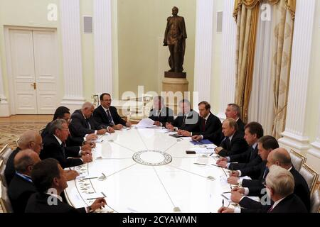 The Russian delegation, led by President Vladimir Putin (5th R) meets with the Cuban delegation, led by President Raul Castro (4th L), during at the Kremlin in Moscow, Russia, May 7, 2015. REUTERS/Anatoly Maltsev/Pool - Stock Photo
