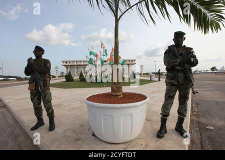 Pro-Outtara soldiers from the Republican Forces of Ivory Coast (FRCI) stand guard at Felix Houphouet Boigny Foundation, where the presidential inauguration will take place, in Yamoussoukro May 20, 2011. President Alassane Ouattara will officially take over from former President Laurent Gbagbo in an inauguration ceremony on Saturday. REUTERS/Luc Gnago (IVORY COAST - Tags: POLITICS MILITARY) - Stock Photo
