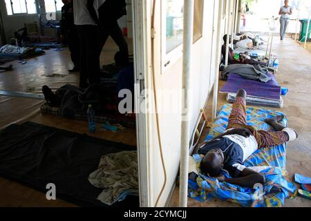 A displaced man recuperates from his injuries on the floor of a United Nations hospital at Tomping camp, where some 15,000 displaced people who fled their homes are sheltered by the UN, near South Sudan's capital Juba January 7, 2014. REUTERS/James Akena (SOUTH SUDAN - Tags: POLITICS CIVIL UNREST CONFLICT HEALTH)